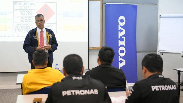 IR Mohd Dalib briefing the Petronas team