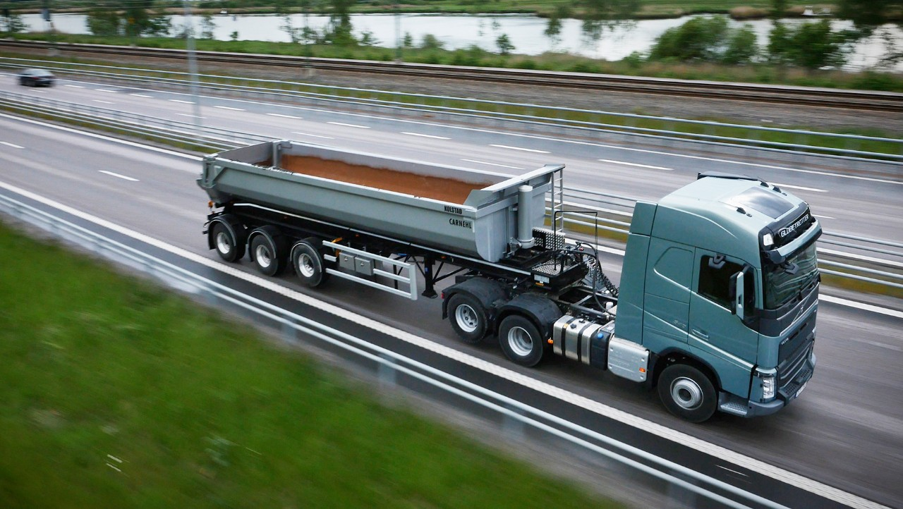 Volvo FH with lifted axle